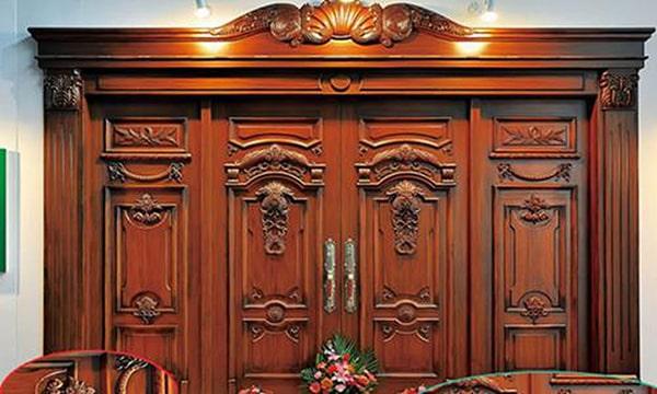 Những đặc điểm mẫu cửa gỗ đẹp tự nhiên